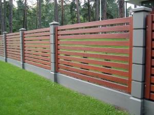 Красивый и эффектный деревянный забор для дачи и коттеджа